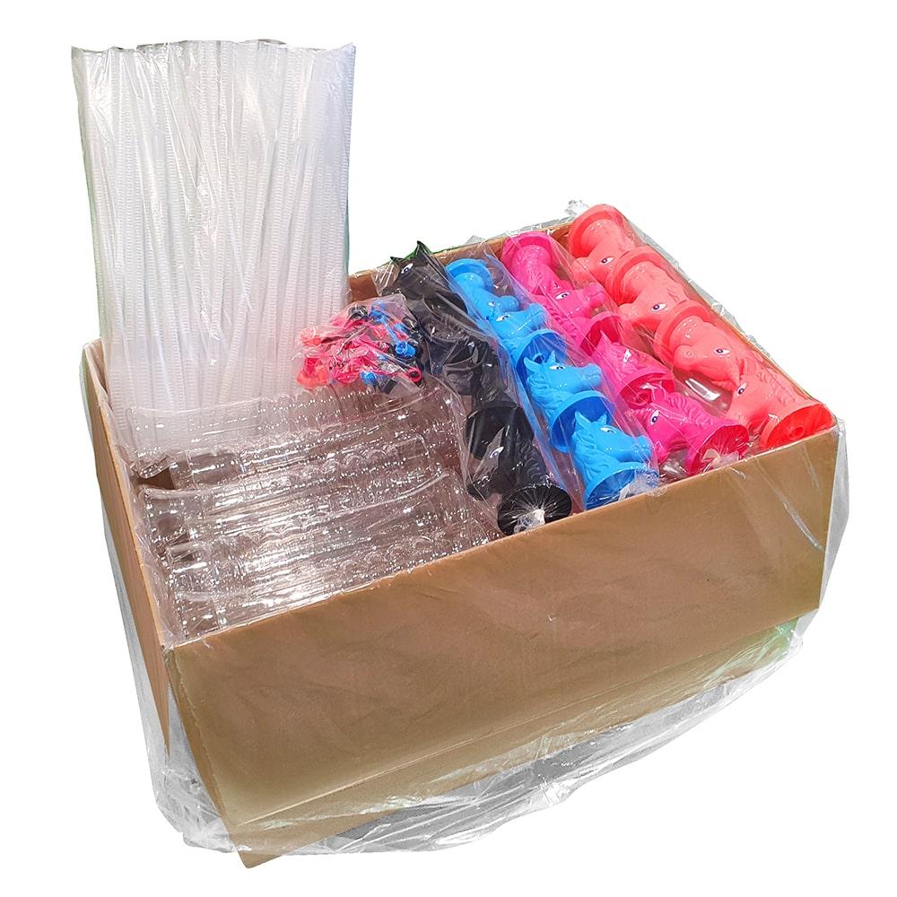 Zapakowany karton z kielichami, jednorożcami i słomkami